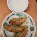 日高屋 - バジル餃子3個140円にはレモン汁(指入れ有)