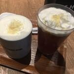 NEW YORKER'S Cafe - チーズティーのホット(左)とアイス(右)