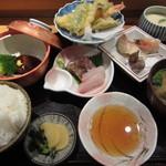 塚本鮮魚店 - 「半月膳」は、お造り、煮物、焼物、天ぷら、茶碗蒸しとご飯、漬け物、味噌汁という内容です。