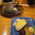 塚本鮮魚店 - 「半月膳」には、食後のコーヒーとデザートが付いています。