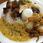 アキフーズ - ライスアンドカレー@825 ココナッツカレー、パイナップル、ネギ、ナスと小魚、ブロッコリ、ミートボール、チキン、ゆで卵、ライス