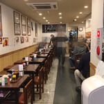巣鴨ときわ食堂 - 入口から見た店内は奥に長く、1番奥の右にも席があります。