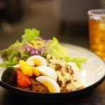 Bunkamuraロビーラウンジ - キーマカレー 季節の野菜添え 、紅茶 (¥1,300)