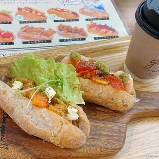 道の駅 海山 - 料理写真:2020年11月 MINI DOG(サーモンチーズバジル、えびアボカド)【2個で税込520円】ホットコーヒーアメリカン【税込250円】