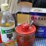 盛昭軒 - テーブルには各種調味料