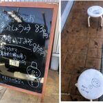 麺屋 あきのそら - 店外待ち椅子もディスタンス配置。麺屋あきのそら(愛知県岡崎市)食彩品館.jp撮影