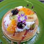 ビストロアンドカフェ タイム - 季節のフルーツパンケーキ。