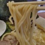 ラーメン横浜家 - 家系ラーメンにしては、細麺ですね。