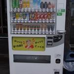 がっつり亭 - 店前のジュース自動販売機