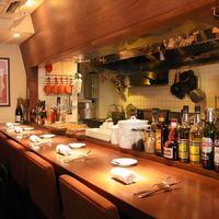 ビストロ トロワキャール - オープンキッチンのカウンター席