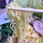 人形町らーめん いなせ - 麺は中細の断面は丸角、かためでももっちり