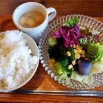 ソウルフードカフェ カモメ - 定食のご飯とスープとサラダ