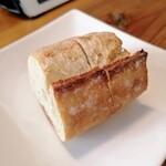 ビストロ キューブマン - パン むちむちして美味 底を持った瞬間に美味しさが伝わってきた!