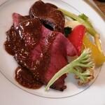 ビストロ キューブマン - お肉を引き立てるのはソースに入った粒マスタード