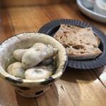 町屋 あかりや - 牡蠣のオイル漬け(600円)、+100円でアルティザンのカンパーニュを追加。