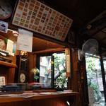 天野屋 - 昭和の香りのする店内。