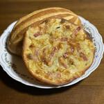 サイドフィールドブレッド - 料理写真:薄く伸ばした生地にチーズがたっぷり。 カリカリでこれはピザですね。