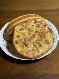 サイドフィールドブレッド - 薄く伸ばした生地にチーズがたっぷり。 カリカリでこれはピザですね。