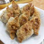中央亭 - 料理写真:いったん焼き上げた餃子を、茹でて仕上げる独特な製法
