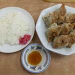 中央亭 - 餃子(8個¥880)+ライス(普通¥165)。8個も食べれば大いに満腹!