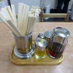 中央亭 - 餃子のタレに加え、からし油・一味唐辛子が用意される