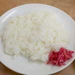 中央亭 - 餃子のこってり感を、梅紫蘇風味の生姜がさっぱり洗い流してくれる