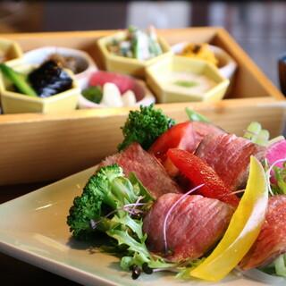 <人気のランチ>選べる4種のメインと彩り8種のお惣菜ランチ