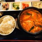 韓国家庭料理 唐辛子 - スンドゥブチゲランチ 950円(税込)