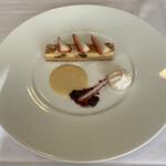 ソーサリート - デザート チーズケーキにはドライレーズン入り カスタードとイチゴのソース、メレンゲ。