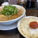 来来亭 - ラーメン700円+サービスライス小