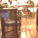 ファイヤーキング カフェ - ホールのような広々とした店内。
