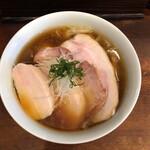 145743460 - チャーシューの脂身、スープ状の油と覆いつくすチャーシュー。香り高く食欲をそそります。