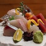 145749486 - おまかせお刺身盛り合わせ(しめ鯖、ヒラメ、太刀魚、おしつけ、赤貝、マグロ、ホウボウ、石鯛、シマアジ、白エビ)
