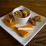 煙キッチン - 燻製チーズ&ミックスナッツ&ドライいちじくで\500です。ワインの肴に相性抜群ですよ~。