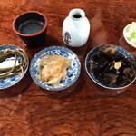 七兵衛そば - 前菜3品と薬味のネギ、大根絞り汁入り蕎麦猪口、蕎麦つゆ