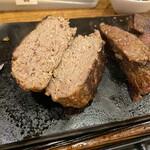 やっぱりステーキ - ニクの日特典のハンバーグ100gですが中まで熱が通ってしまいイマイチです