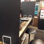 伝説のすた丼屋 - カウンターはボードで間引きされてます
