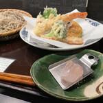145778793 - 岩塩から見る海老と野菜の天ぷら、十割もり