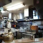 味噌屋 八郎商店 - L字カウンターの中が厨房。