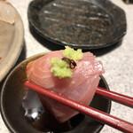 日本酒スローフード方舟 - お造り盛り合わせ1078円。ブリ。脂の乗りと旨味のバランスが良く、とても美味しくいただきました(╹◡╹)