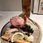 日本酒スローフード方舟 - お造り盛り合わせ1078円。ブリ、ヒラメ、シメサバ。石川県のお醤油といただきます。ブリ、ヒラメは、とても美味しかったです(╹◡╹)