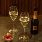 TREE by NAKED - 期間限定EVENING CAFE &BARタイム(16時〜20時)メニュー。ハーフボトルのスパークリングワイン&イチゴのマリアージュ。
