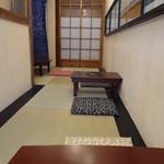 食堂 八 - 店内はテーブル3つのこじんまりした造り。