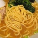 ラーメン ますみ屋 - 豚骨の麺、中太楕円の家系スタイル