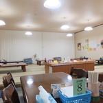 味秀 - お座敷はかなり広いですよ~(^o^)丿 手前のテーブルにはおつまみが置いています。好きなものを取って食べられます☆