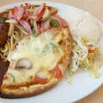 レストラン ボルカノ - ピザは小振りの薄焼き。右端のサワークルートは、ビネガーの酸味と黒胡椒の効いた味