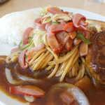 レストラン ボルカノ - ソースの味わいはマイルド、黒胡椒は後味に感じる程度。トマトの酸味と、ウスターソースの香り