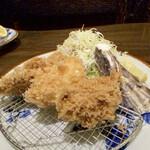 145820198 - 奥から、単品 一口でごねかつ 真中、単品カニクリームコロッケ 手前、単品牡蠣フライ