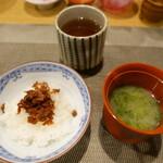 輪久 - 干し海老の佃煮ご飯・お味噌汁