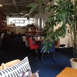TRACTION book cafe - 北欧風インテリア。本や雑誌もいろいろアリ。